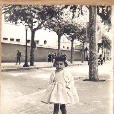 Fotografía antigua: FOTOGRAFIA NIÑA DELANTE COLEGIO MARISTAS VALLDEMIA. MATARÓ. FOTO Z. COLOMERA. 18X13 CM. AÑOS 60.. Lote 133464502