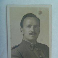 Fotografía antigua: PEQUEÑO RETRATO DE UN SARGENTO DE ARTILLERIA . 1946. Lote 143642946