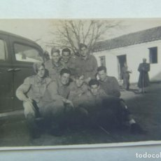 Fotografía antigua: PEQUEÑA FOTO DE MILITARES Y UN COCHE DE EPOCA, AÑOS 40. Lote 143645482