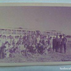 Fotografía antigua: FOTO DE GRUPO NUMEROSO DE EXCURSION , DETRAS LOS AUTOBUSES. Lote 143758606