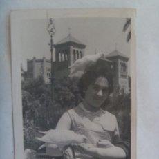Fotografía antigua: MINUTERO FOTOGRAFO DEL PARQUE Mª LUISA SEVILLA : MUJER EN PLAZA DE LAS PALOMAS . Lote 143778534