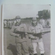 Fotografía antigua: FOTO DE LA MILI : SOLDADOS CON ROPA DE FAENA Y CETME . AÑOS 70. Lote 143859522