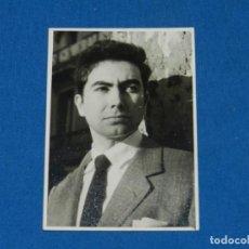 Fotografía antigua: ANTONI TAPIES - FOTOGRAFIA ORIGINAL DEL PINTOR ANTONI TAPIES , 11 X 8 CM, BUEN ESTADO. Lote 144081374