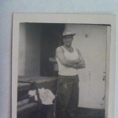 Fotografía antigua: FOTO DE HOMBRE EN CAMISETA DE TIRANTAS Y SOMBRERO . MARINERO EN BARCO. Lote 144147938