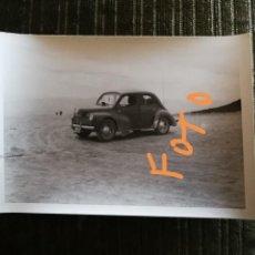 Fotografía antigua: FOTOGRAFÍA DE RENAULT 4 CV. COCHE. (RENAULT 4CV). VEHÍCULO, AUTOMÓVIL. FOTO.. Lote 144323594