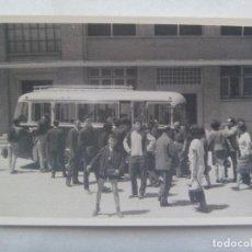 Fotografía antigua: FOTO DE GENTE Y AUTOBUS O AUTOCAR. Lote 144418642