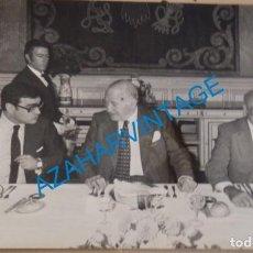 Fotografía antigua: MADRID, 1977, JOSEP TARRADELLAS CON MARTIN VILLA Y CLAVERO AREVALO, 178X128MM. Lote 144844854