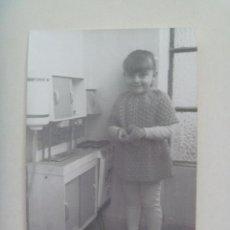Fotografia antica: FOTO DE NIÑA CON COCINITA DE JUGUETE. Lote 145245570
