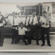 Fotografía antigua: FOTO DE GRUPO DE JOVENES DE FIESTA. AÑOS 60S.. Lote 145931426