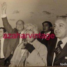 Fotografía antigua: MADRID, 1977, LLEGADA DE TARRADELLAS PROCEDENTE DEL EXILIO, 240X180MM. Lote 146091106