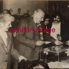 Fotografía antigua: BARCELONA, 1979, JOSEP TARRADELLAS EMITIENDO SU VOTO, 240X180MM. Lote 146124974