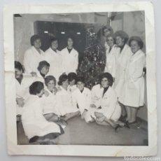 Fotografía antigua: CANTABRIA. LA PENILLA. EMPLEADAS DE NESTLÉ, JUNTO AL ARBOL DE NAVIDAD. AÑOS 60S.. Lote 146361174