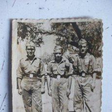 Fotografía antigua: FOTO DE LA MILI : SOLDADOS CON ROPA DE FAENA . AÑOS 40. Lote 146715834