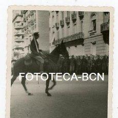 Fotografía antigua: FOTO ORIGINAL BARCELONA DESFILE DE LA VICTORIA AV DIAGONAL OFICIAL A CABALLO PORTANDO SABLE AÑO 1939. Lote 146888546
