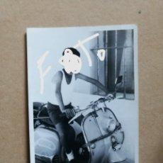 Fotografía antigua: ANTIGUA FOTOGRAFIA. MOTO. MOTOCICLETA VESPA O LAMBRETTA. FOTO AÑOS 60.. Lote 146890886