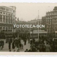 Fotografía antigua: FOTO ORIGINAL BARCELONA PL CATALUNYA TRANVIA POSIBLEMENTE DIA DESFILE DE LA VICTORIA AÑO 1939. Lote 146977002