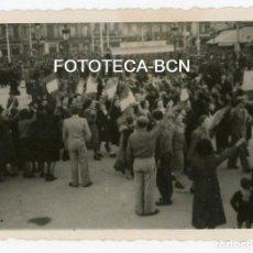 Fotografía antigua: FOTO ORIGINAL BARCELONA PL CATALUNYA POSIBLEMENTE DIA DESFILE DE LA VICTORIA AÑO 1939. Lote 146977218