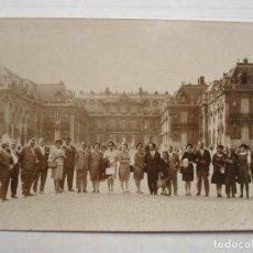 Fotografía antigua: FOTO POSTAL JUAN TRIBUNA BENITO VILLAMARIN CELESTINO FERNÁNDEZ BETIS PALACIO DE VERSALLES PARIS 1964. Lote 147495006