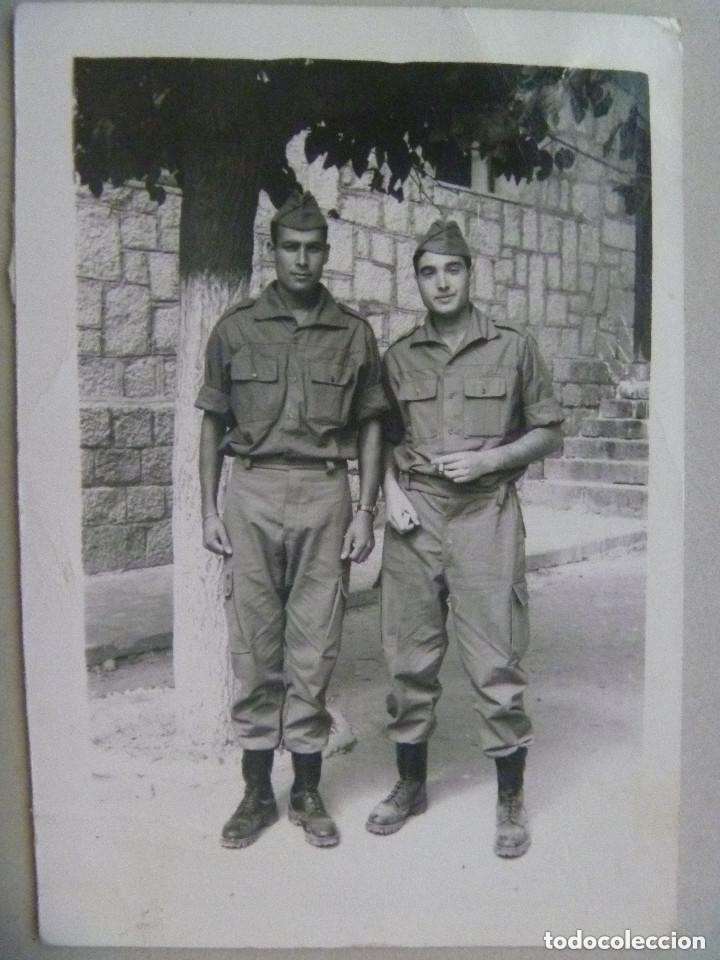 FOTO DE LA MILI : SOLDADOS CON ROPA DE FAENA . AÑOS 60 (Fotografía Antigua - Fotomecánica)