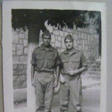 Fotografía antigua: FOTO DE LA MILI : SOLDADOS CON ROPA DE FAENA . AÑOS 60. Lote 147566554