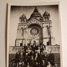 Fotografía antigua: GRUPO EXCURSIONISTAS JUNTO A IGLESIA. Lote 147903026