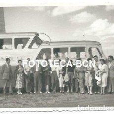 Fotografía antigua: FOTO ORIGINAL AUTOCAR PEGASO MONOCASCO COMPAÑIA ATESA VIAJEROS PARADA EN EL CAMINO. Lote 147916162