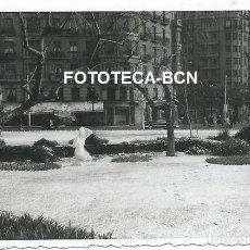 Fotografía antigua: FOTO ORIGINAL BARCELONA ANTIGUA PLAZA CALVO SOTELO AÑOS 50/60. Lote 147919098