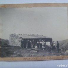 Fotografía antigua: FOTO DE HOMBRES EN UN REFUGIO , QUIZAS CAZADORES O EXCURSIONISTAS, 1912. Lote 148084726