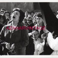 Fotografía antigua: SEMANA SANTA SEVILLA, AÑOS 60, SAETA, NAZARENO BESO DE JUDAS, FOT.SERRANO,18X12 CMS. Lote 148351402