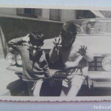 Fotografía antigua: FOTO DE NIÑOS HACIENDO MUECAS , DETRAS UN COCHE DE EPOCA. Lote 148374802