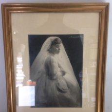 Fotografía antigua: FOTOGRAFÍA ANTIGUA ENMARCADA DE HERMOSA NIÑA CON VESTIDO. Lote 148493349
