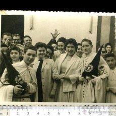 Fotografía antigua: PRECIOSA FOTOGRAFÍA NAZARENOS DE LA HERMANDAD DE LA MACARENA. FOTO MELERO AÑO 1958. Lote 148611714