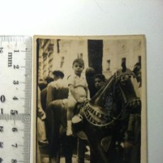 Fotografía antigua: FOTOGRAFIA NIÑO MONTADO EN CABALLO DE MADERA - FERIA DEL CABALLO. Lote 149876594