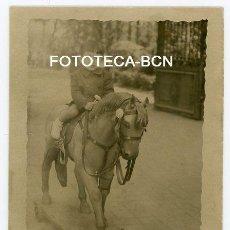 Fotografía antigua: FOTO ORIGINAL NIÑO MONTADO EN CABALLO DE CARTON POISBLEMENTE PARC CIUTADELLA BARCELONA AÑOS 40/50. Lote 150729502