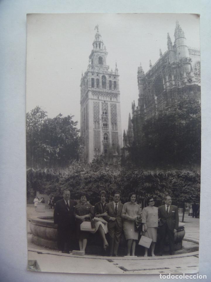 MINUTERO DE FOTOGRAFO AMBULANTE DE AMIGOS EN EL PATIO DE LOS NARANJOS. SEVILLA 1962 .... 12 X 18 CM (Fotografía Antigua - Fotomecánica)