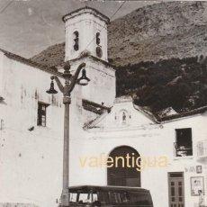 Fotografía antigua: PRECIOSA FOTO MUJER LLENANDO CÁNTARO EN LA FUENTE. ERMITA VIRGEN SEAT 600 FURGONETA CARTEL FANTA 60S. Lote 150995526
