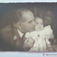 Fotografía antigua: FOTO ORIGINAL DEL GENERAL VARELA CON SU HIJA . DE CARTES, TETUAN, AÑOS 50 ..... 11,5 X 17,5 CM. Lote 151485054