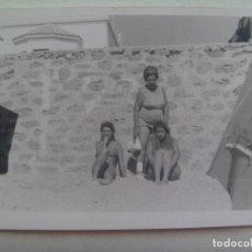 Fotografía antigua: FOTO DE MUJER CON JOVENES EN BAÑADOR EN LA PLAYA . Lote 151569894