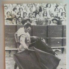 Fotografía antigua: FOTO DEL TORERO CURRO ROMERO TOREANDO ..... 12,5 X 17,5 CM. Lote 151893266