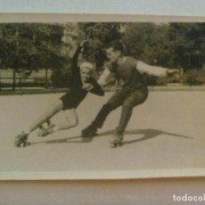 Fotografía antigua: FOTO DE NIÑOS PATINANDO . AÑOS 60. Lote 151899678