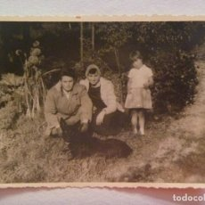 Fotografía antigua: FOTO DE FAMILIA EN EL CAMPO CON PERRO . Lote 152378018