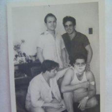 Fotografía antigua: FOTO DE AMIGOS , UNO CON CAMISETA DE TIRANTAS AFEITANDOSE.. Lote 152382550