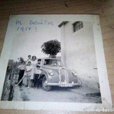 Fotografía antigua: FOTO DE 1950 FAMILIA AL LADO UN COCHE TRIUMPH MAYFLOWER, (INGLÉS). Lote 153309194