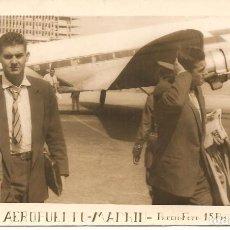 Fotografía antigua: FOTO, AEROPUERTO DE MADRID, PASAJEROS, TAMAÑO POSTAL. Lote 153638238