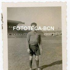 Fotografía antigua: FOTO ORIGINAL JUGADOR DE FUTBOL BARCELONA ESTADIO MONTJUIC AÑOS 40. Lote 153677466