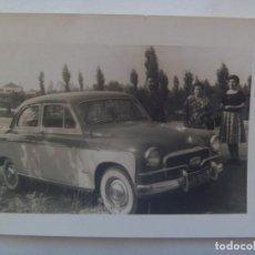 Fotografía antigua: FOTO DE GENTE Y COCHE DE EPOCA, MATRICULA EXTRANJERA. Lote 154273862