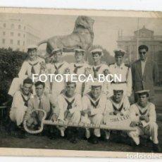 Fotografía antigua: FOTO ORIGINAL BARCELONA MIRADOR DE COLON POSIBLEMENTE SOLDADOS LICENCIADOS BASE NAVAL SOLLER AÑOS 40. Lote 154596134