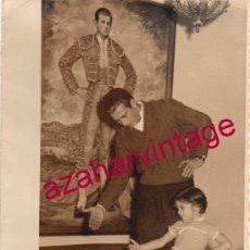 Fotografía antigua: MAGNIFICA FOTOGRAFIA DE ANTONIO ORDOÑEZ TOREANDO DE SALON CON SU HIJA CARMEN,114X174MM. Lote 154610334