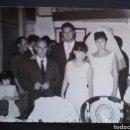 Fotografía antigua: CTC - AÑOS 60- NOVIOS POSANDO EN EL BAR - GRANDE 17,5 X 12,5 CM. Lote 155819102