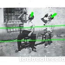 Fotografía antigua: BEBIENDO. PORRÓN Y JARRA. PEQUEÑA FOTOGRAFÍA. AÑOS 50. FOTÓGRAFO DESCONOCIDO.. Lote 155950162